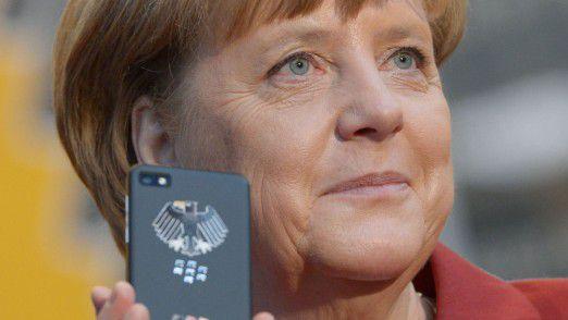 Kanzlerin Merkel mit einem abhörsicheren Merkel-Phone