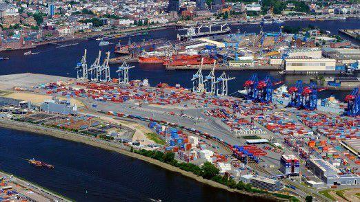Am Hamburg Hafen sieht man die Erfolgsstory vom deutschen Export in Form von tausenden von Containern, die ihre Reise in die ganze Welt antreten.
