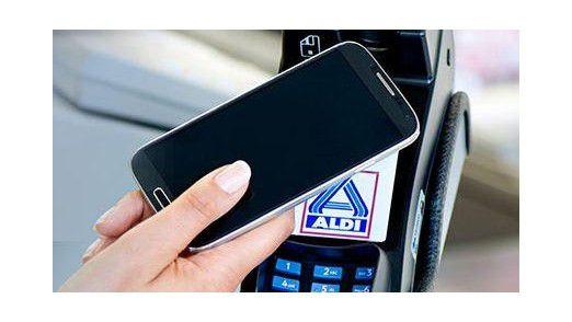 Voraussetzung für kontaktlose Zahlungen sind bei ALDI Nord eine NFC-fähige Maestro- oder V-Pay-Debitkarte oder ein NFC-fähiges Smartphone