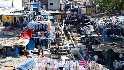 Im weltgrößten 'Waschsalon' Dhobi Ghat gibt es keine Maschinen. Mehr als 5000 Männer waschen Wäsche - und fast jeder hat ein Handy, um sich zu organisieren.