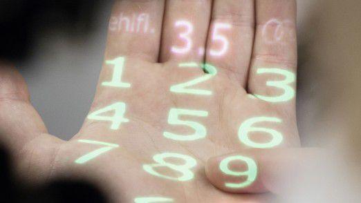 """Hand-Projektion: Das System projiziert Vorgaben auf die Handfläche, etwa """"Ölstand prüfen""""."""