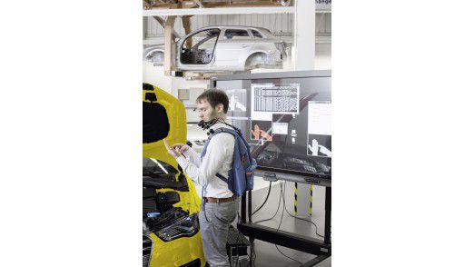 Hand-Projektion bei Audi. Dabei steckt das Notebook in einem Rucksack, eine Kamera und der Projektor sitzen auf der Schulter.