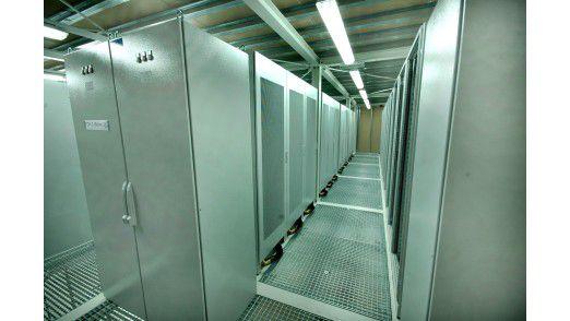 Die zentrale Aufgabe der Rechenzentrums-Infrastruktur ist es Server-Einheiten zu kühlen, mit Strom zu versorgen und Sicherheitsstandards dafür zu gewährleisten.