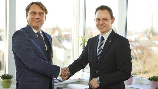 Dennis Langer (r.), Bereichsleiter Interne IT bei Hagebau, neben dem Geschäftsführer der hagebau IT Andreas Dietrich (l.).