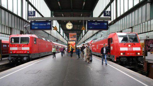 Anzeigetafeln der Deutschen Bahn am Stuttgarter Bahnhof.