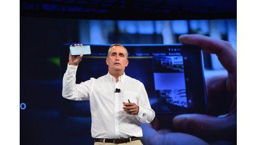 Intels CEO Brian Krzanich präsentiert Googles Tango-Smartphone mit 3D RealSense.