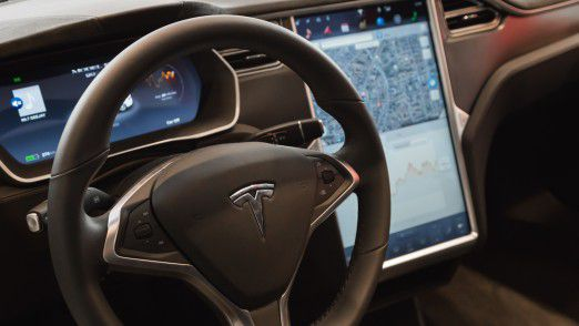 """Tesla einigt sich mit früherem """"Autopilot""""-Chefentwickler außergerichtlich."""