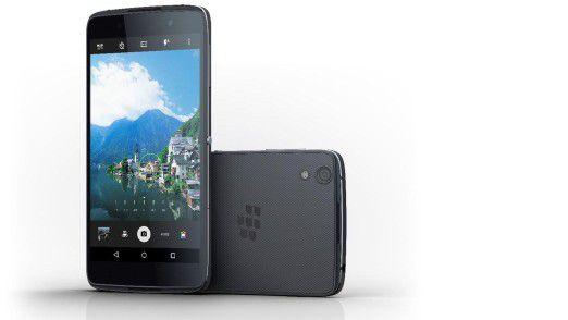 Die gummierte Rückseite des Blackberry DTEK50 ist praktisch, stört aber den ansonsten wertigen Eindruck.