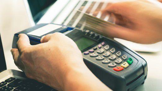 Soll das Geld beim Bezahlen über Girocard, Maestro oder VPay abgebucht werden? Viele Verbraucher verwirrt die neue Verordnung der EU-Kommission.