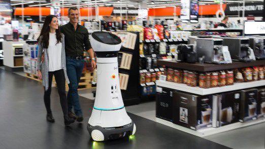 Roboter, wie hier bei Saturn in Ingolstadt, dürften zukünftig häufiger zu sehen sein.