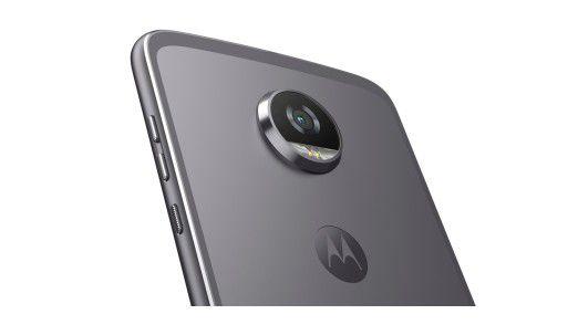 Die Kamera des Moto Z2 Play steht rund 2 Millilimeter aus dem Gehäuse hervor.