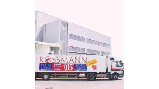 Am Rossmann-Logistikzentrum Landsberg.