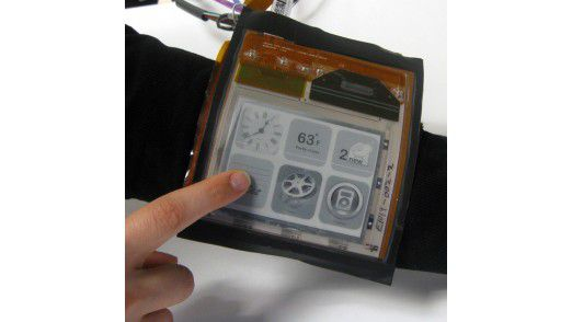 Das PaperPhone reagiert auf die Form, zu der man es biegt. Um den Arm gebunden etwa wird es zum Media-Player.