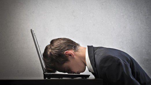 Müde Manager machen Fehler: Auf dem Laptop schlafen ist allerdings keine gute Idee.