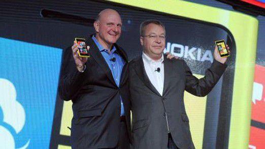 Die Party-Stimmung ist endgültig vorbei: Stephen Elop und Ballmer bei der Verkündung des Deals.