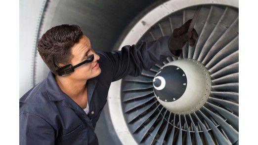 Reparatur und Wartung sind neben der Lagerarbeit ein starker Fall für Smart Glasses wie die Vuzix M100. Die Brille nimmt dabei nicht nur wichtige Informationen auf, sondern vermittelt dem Fachmann auch solche.