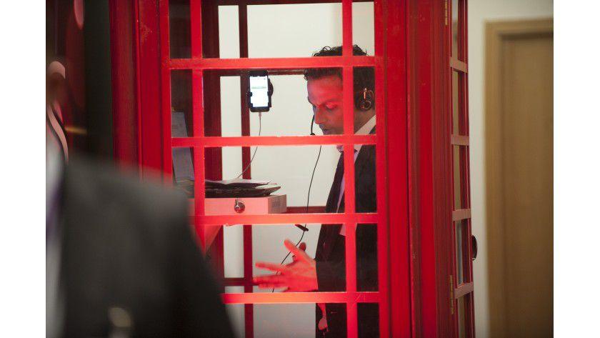 In der Telefonzelle können Beuscher den Konferenzdienst MeetMe with Dolby testen.