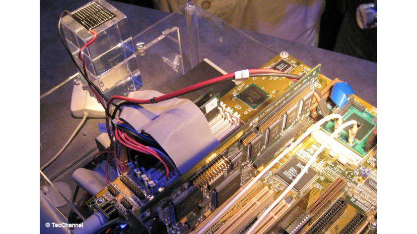 Extrem sparsam: Eine Solarzelle (im Bild links oben) genügt als Stromversorgung für die CPU (im Bild rechts).