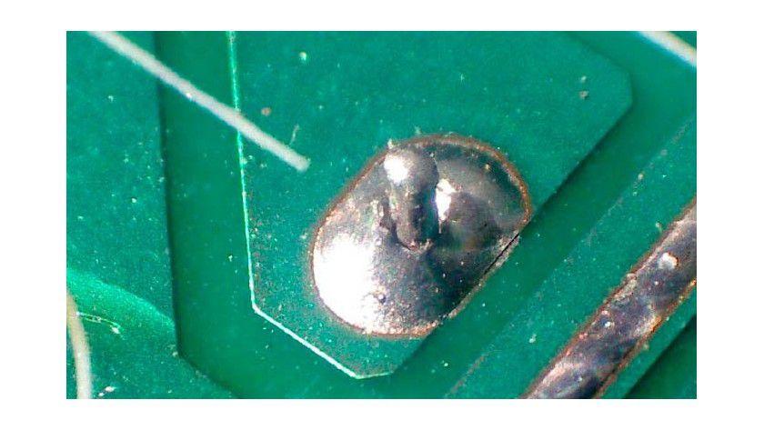 Kalte Lötstelle: Schlechte Verbindungen entstehen, wenn das noch weiche Lot erschüttert wird oder nicht heiß genug war und die Kontakte nicht benetzt hat.