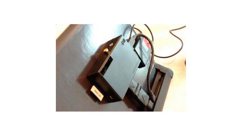 Mobiler Rechner: Mit dem Motorola Atrix Lapdock machen Sie den Raspberry Pi mobil. Sie können das Gehäuse des Rapberry Pi - wie im Bild zu sehen - an der Rückseite des Lapdock montieren.