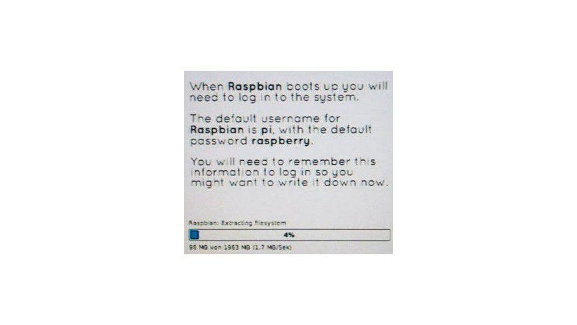 Raspbian-Installation: Das Setup informiert unter anderem über Standard-User und Standardkennwort.