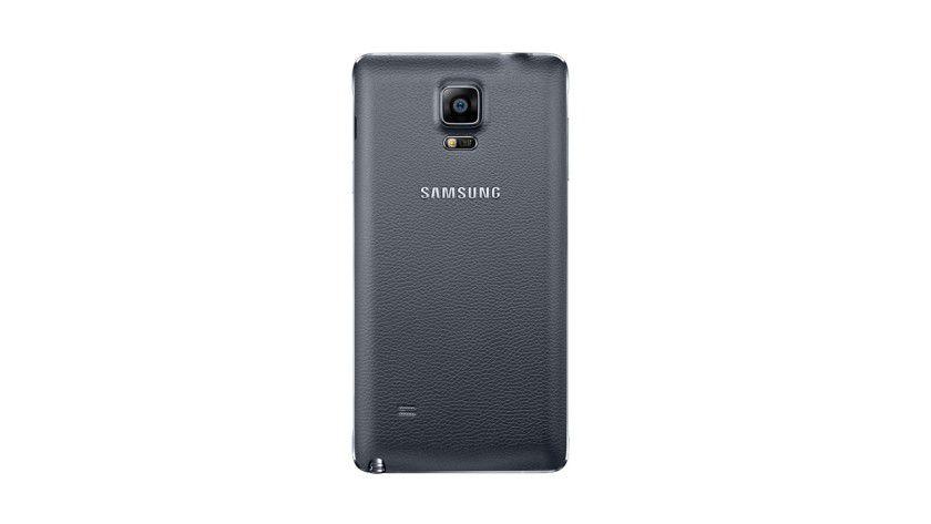 Die Rückseite des Galaxy Note 4 besteht aus Kunststoff - erstrahlt aber in Leder-Optik.