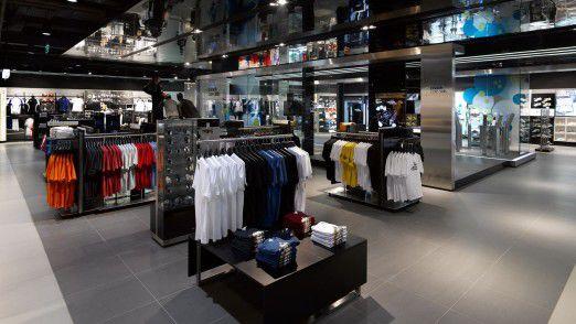 Adidas zeigt auch im klassischen Handel weltweit Präsenz - hier zum Beispiel im Brand Store in Peking. Die ausgebaute Kooperation mit Demandware macht indes klar, dass das digitale Geschäft nicht vernachlässigt werden soll.