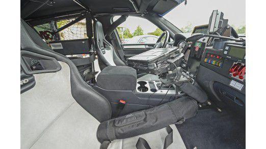 Kernstück der Kommunikation des Fahrzeugs mit der Außenwelt ist der In-Car Connectivity Hub.? Der bündelt alle Datenströme und leitet sie an das Cloud-Backend weiter.