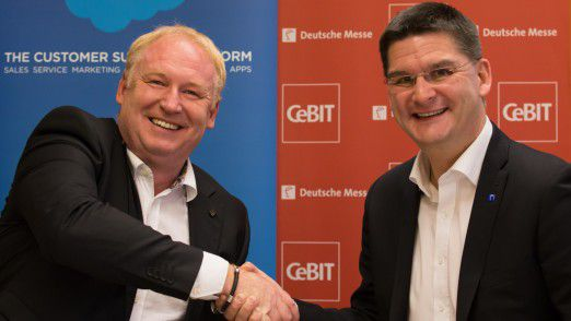 Joachim Schreiner (links), Senior Vice President Central Europe bei salesforce.com, neben CeBIT-Vorstand Oliver Frese.