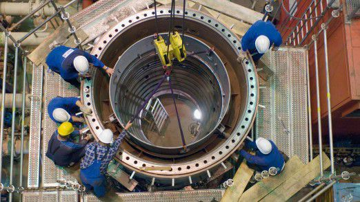 Arbeiten an der Gasturbine am Heizkraftwerk West.
