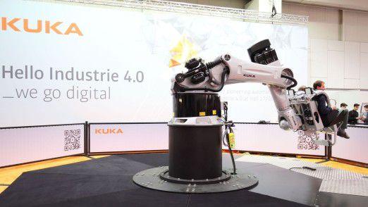 Ein Kuka-Roboterarm simuliert eine Achterbahnfahrt, bei der er je zwei Personen dreht, schubst und schleudert. Besser als die Realität.
