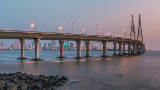 """Die achtspurige Schrägseilbrücke """"Rajiv Gandhi Sea Link"""" in der Bucht von Mahim bei Mumbai im indischen Bundesstaat Maharashtra. Im Februar können sie auch die Teilnehmer der Indien-Reise besichtigen."""