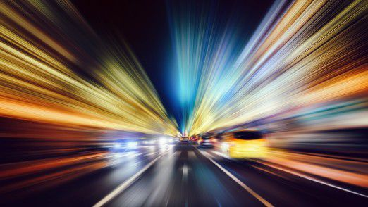 Alles dreht sich um Speed: Unternehmen der Automobilindustrie haben das Wettrennen mit Tech-Größen wie Apple, Uber oder Google noch lange nicht aufgegeben.