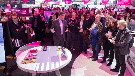 T-Systems-Chef Reinhard Clemens zeigt auf der CeBIT in Hannover die Smart City-Lösung zum vernetzten Parkplatz.