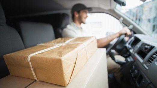 Ein Paketzusteller hat wochenlang Pakete unter falschem Namen für sich bestellt.