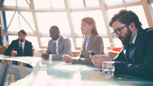 Mitten in der Konferenz die E-Mails zu checken, zeugt von respektlosem Verhalten.