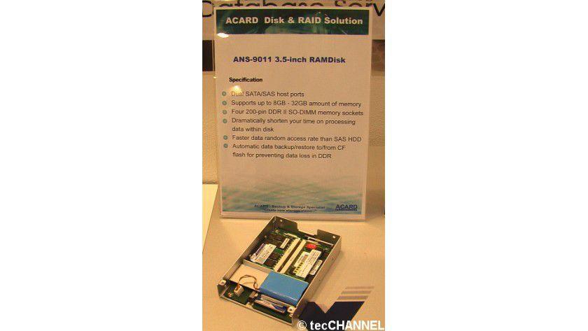 Acard-SATA/SAS-Lösung: Das ANS-9011-Laufwerk kann mit maximal 32 GByte DDR2-SO-DIMM-Speicher bestückt werden. Das 3,5-Zoll-Gehäuse beherbergt als Sicherheitsfeature zusätzlich ein CF-Karten-Slot.