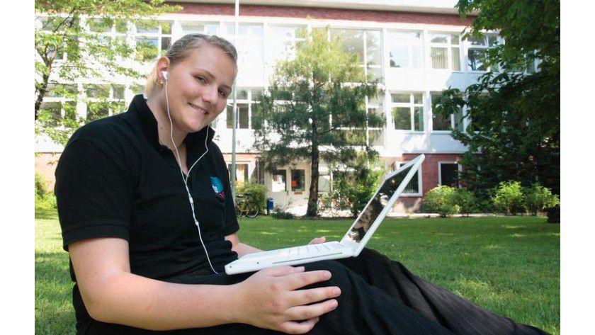 Vorlesungen lassen sich heute dank Podcasts auch im Park verfolgen. Foto: Uni Flensburg