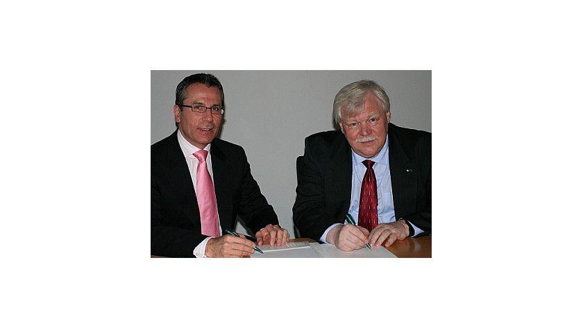 Martin Jetter von IBM und Professor Dr. Horst Hippler bei der Vertragsunterzeichnung. Foto: Uni Karlsruhe