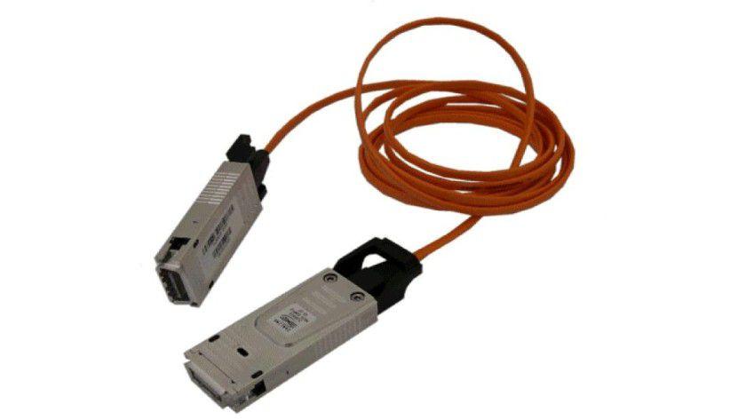 Perfekte Kombination: CX4-Stecker optischer Übertragungsstrecke.