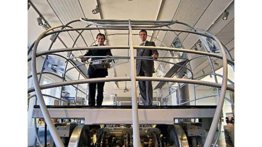 CIO Clemens Keil und IT-Manager Malte Manke in einem Vorführraum von Knorr Bremse.