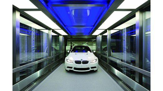 Ein BMW 3er auf dem Weg zur Auslieferung in der BMW Welt.