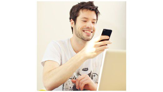 Die Jobsuche über das Smartphone wird bei Bewerbern immer beliebter - doch erst wenige Unternehmen haben ihre Stellenangebote für die mobile Darstellung optimiert.