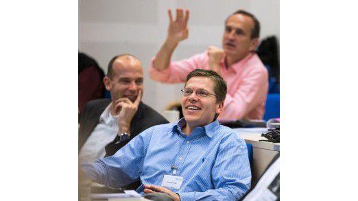 "Thomas Hemmerling-Böhmer, Interims-CIO bei Tönsmeier (im Bild hinten zu sehen), erklärt das Konzept der fiktiven Firma ""GreenCopy""."