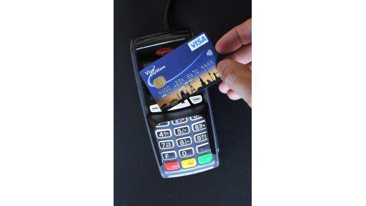 Nur die Kreditkarte am Terminal vorbeiziehen - und dann wie gehabt unterschreiben oder die PIN eingeben.