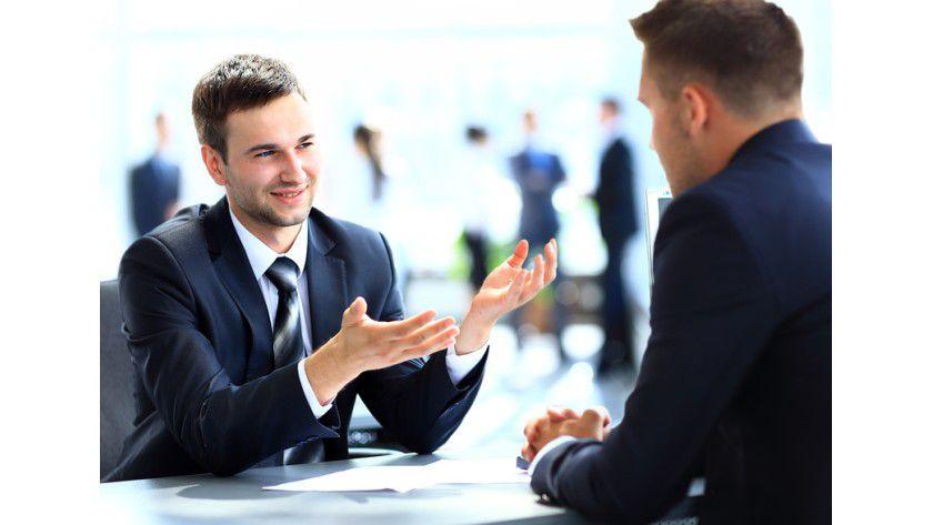 Das Handy in der Tasche zu lassen bedeutet volle Aufmerksamkeit für Ihren Geschäftspartner.