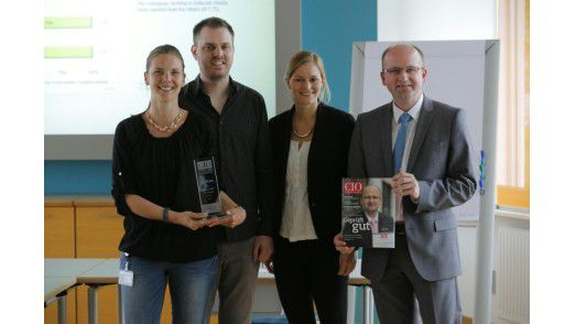 "Freuten sich über die Auszeichnung beim ""IT Excellence Benchmark (ITEB)"" (v.l.): Fanny Huber (Teamleiterin Software-Entwicklung), Dominik Protzek (Teamleiter IT-Support), Carolin Beck (IDG Business Media GmbH), Frank Müthing (Leiter IT-Abteilung)"